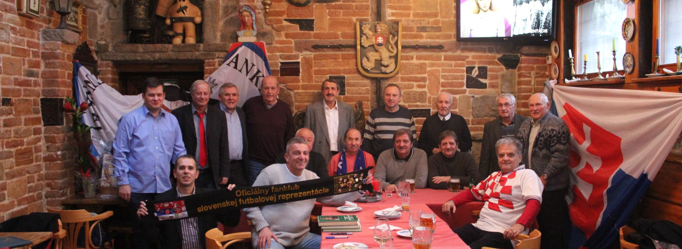 f8207f26a6b9a Počas prvej adventnej nedele oficiálny fanklub slovenskej futbalovej  reprezentácie v bratislavskom Hostinci u Deda pripravil ďalšie pekné  podujatie.