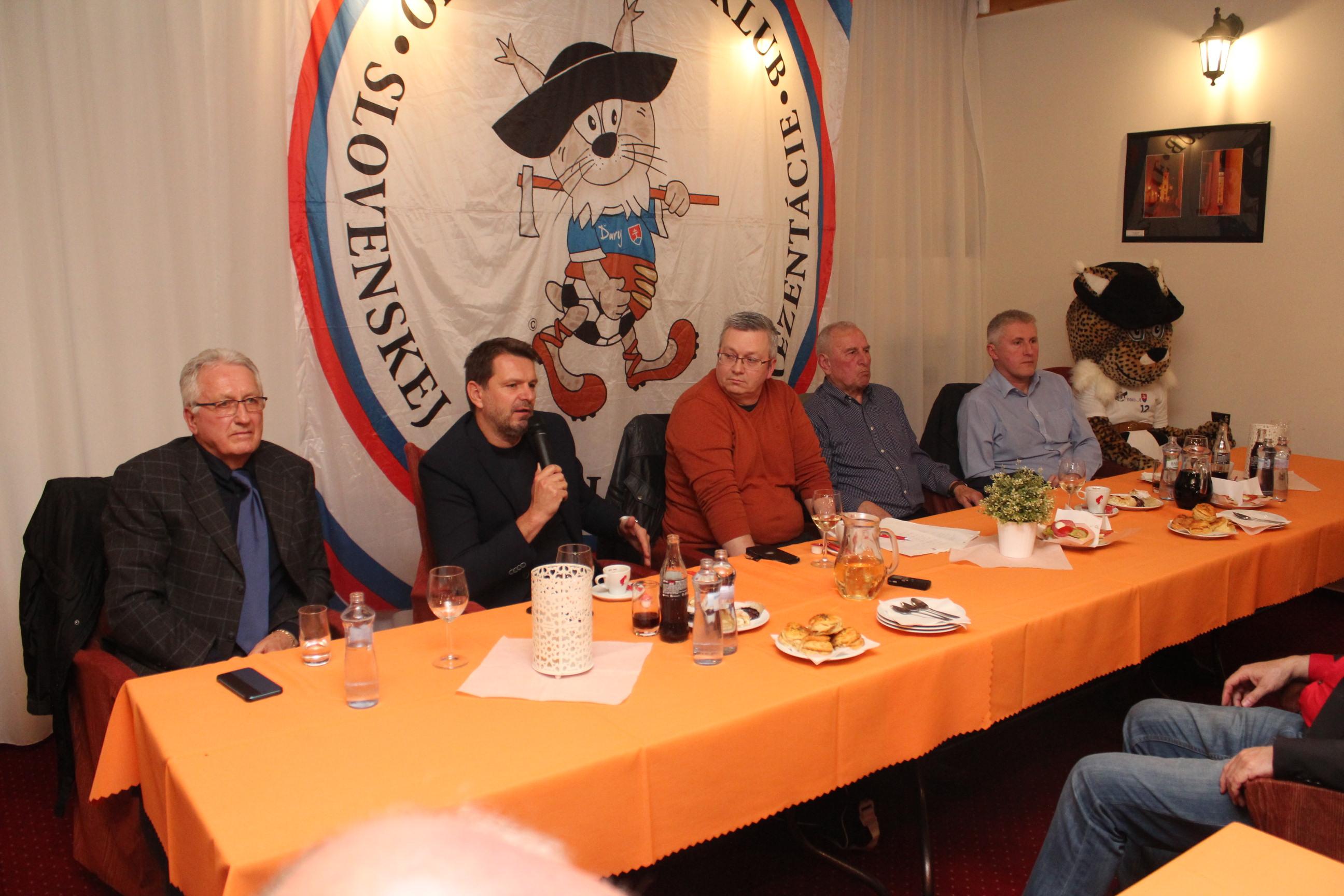 d18d13858387c Prvá tohtoročná fanzóna v tradičnom trnavskom hoteli Phoenix pred úvodným  zápasom kvalifikácie ME 2020 Slovensko – Maďarsko bola znova úspešná.