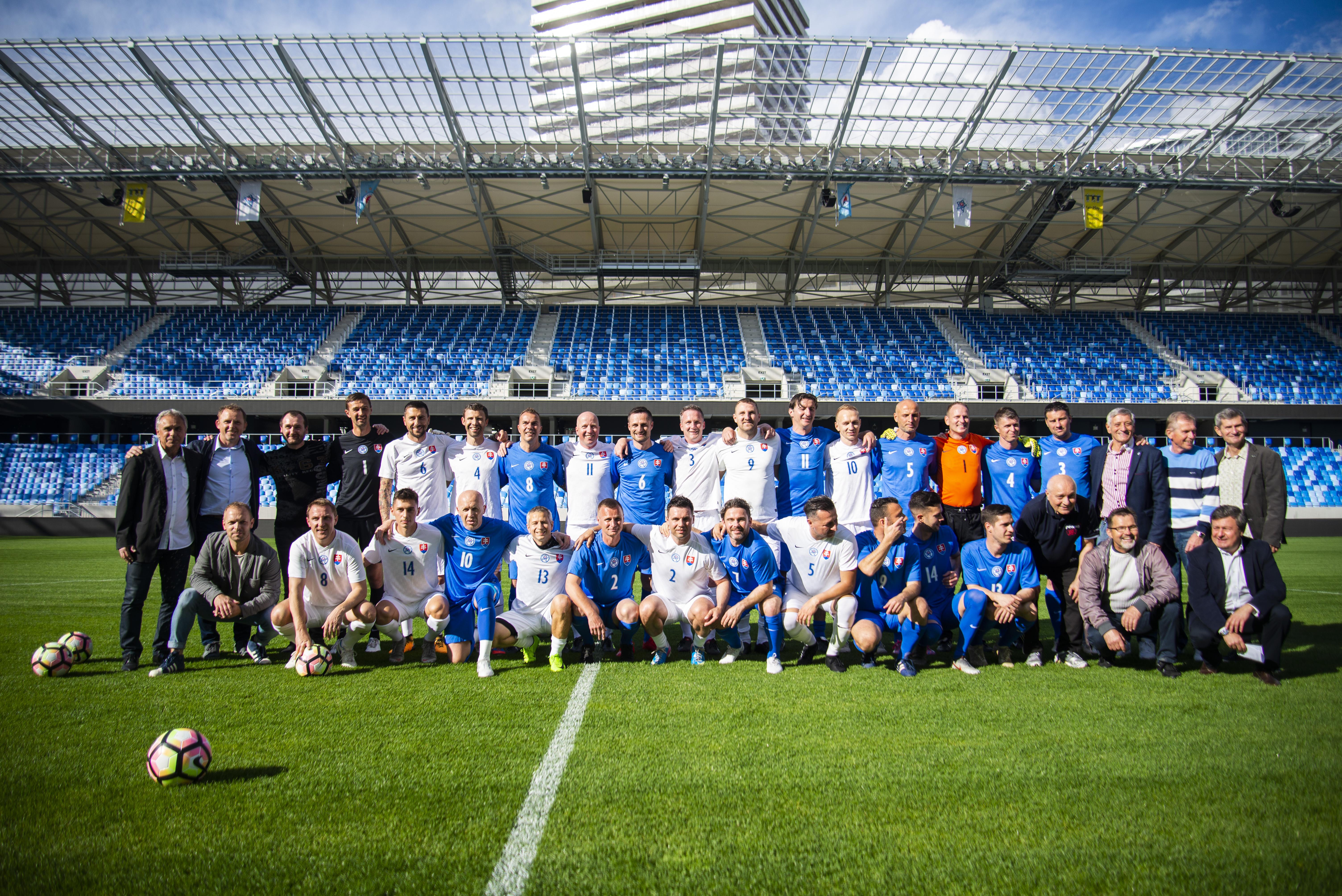 251477a70 V pondelok podvečer sa na bratislavskom Tehelnom uskutočnila milá slávnosť.  V exhibičnom stretnutí si zahrali niekdajší slovenskí futbaloví  reprezentanti do ...
